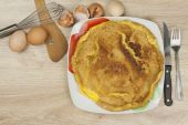 Scrambled egg omelet on a wooden table. A plate of food. — Stock Photo