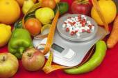 Weight of food, preparing food while dieting. Fruits and vegetables in the preparation of dietary supplements. Food supplements. Medications for weight loss. — Stock Photo
