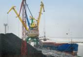 Crane loading coal to ship — Stock Photo