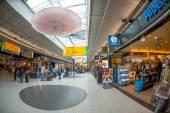 Gente compra en schiphol plaza — Foto de Stock