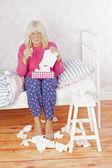 Sjukt kvinnlig kvinna som sitter på sängen — Stockfoto