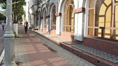 Business man leisurely walks down the street — Stock Video