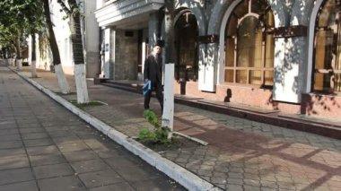 Shooting men walking down the street — Stock Video