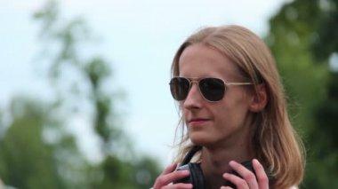 Menino em fones de ouvido — Vídeo stock