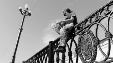 Young man sitting on the fence. Black and white — Stock Video