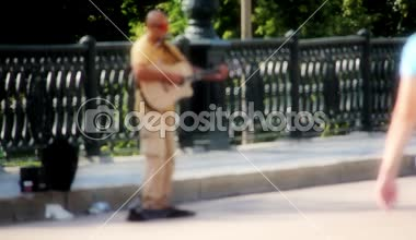 Busker plays the guitar for passers — Stock Video
