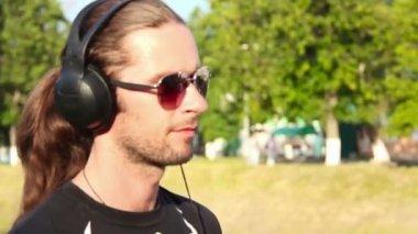 Homme marchant et écouter de la musique — Vidéo