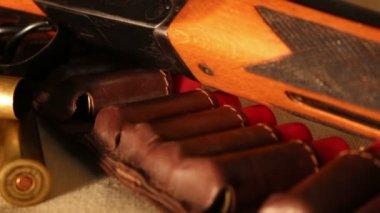 Shotgshotgun and cartridges — Vídeo de Stock