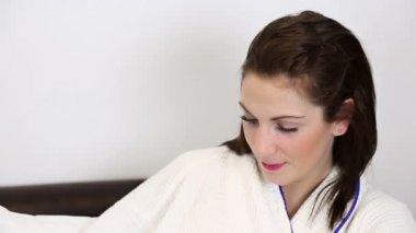 Cute woman turning to camera smiling — Vidéo