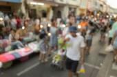 Затуманенное народ шел по улице, Пхукет, Таиланд — Стоковое фото