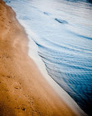 Ocean waves gently touching the sandy shore — Stock Photo