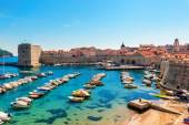 Beautiful sunny day over the bay in front of old town of Dubrovnik — Stock Photo