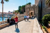 DUBROVNIK, CROATIA - APRIL 10: Many tourists visit the Old Town of Dubrovnik, a UNESCO's World Heritage Site on April 10, 2015. — Stock Photo