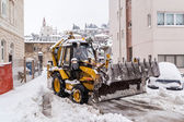 METKOVIC, CROATIA - FEBRUARY 4: Excavator cleans the streets of large amounts of snow in Metkovic, Croatia on February 4, 2012. — Stock Photo