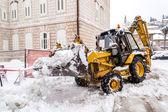 Metkovic,克罗地亚-2 月 4 日: 挖掘机清理街头的大量的雪 Metkovic,克罗地亚在 2012 年 2 月 4 日. — 图库照片