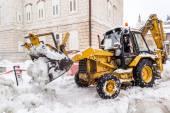 METKOVIC, CROATIA - FEBRUARY 4: Excavator cleans the streets of large amounts of snow in Metkovic, Croatia on February 4, 2012. — Stock Photo