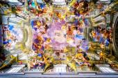 Rom, Italien - Oktober 29: Interiören av kyrkan St. Ignatius av Loyola är full av konst, värdefulla föremål och reliker i Rom, Italien den 29 oktober 2014. — Stockfoto