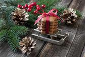 Galletas de jengibre de navidad con decoración festiva — Foto de Stock