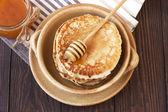 Fresh pancakes with honey — Stockfoto