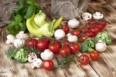 木製の背景に新鮮な野菜 — ストック写真