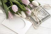 Vacanza natura morta con tulipani e perle — Foto Stock