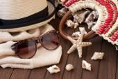 タオル、サングラス、帽子を木製の背景を持つビーチ バッグ — ストック写真