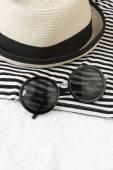 Artigos de praia com chapéu de palha, toalha e óculos de sol — Fotografia Stock