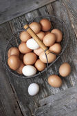 Bruna ägg på träbord — Stockfoto
