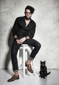 Sexy fashion man model and cat — Foto de Stock