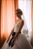 Mariée dans une robe magnifique près de la fenêtre — Stockfoto