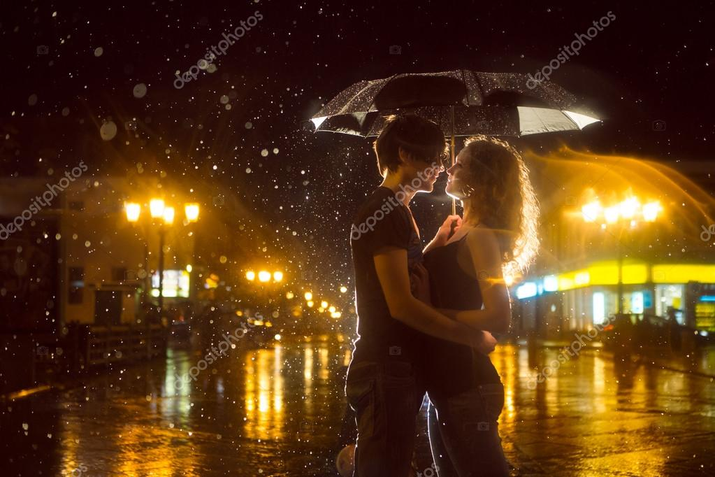 boy and girl kissing in the rain № 200439