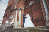 Uma linda noiva e noivo bonito na igreja durante o casamento — Fotografia Stock