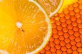 Amarelo favo de mel com limão e mel fresco — Fotografia Stock