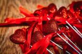 Día de San Valentín corazones Vintage hecha a mano sobre fondo de madera. San Valentín sobre la madera. Papel pintado de estilo retro. Día de San Valentín — Foto de Stock