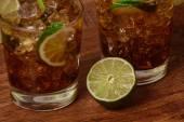 饮料概念-可乐冰块和石灰与鸡尾酒 — 图库照片
