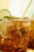 Concetto di bevande - cocktail con cubetti di ghiaccio di cola e calce — Foto Stock