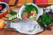 魚と彼女の準備のためのコンポーネント: 野菜、スパイス、パー — ストック写真