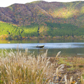Boat in autumn lake — Foto Stock