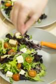 Saler une salade méditerranéenne — Photo
