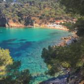 Turquoise water on a beautiful sunny summer beach in Costa Brava — Stock Photo