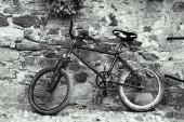 Старый черный велосипед на стене рок сцене гладкой дуплекса — Стоковое фото