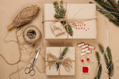Wrapping eco Christmas packages  — Stockfoto
