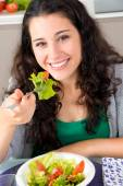 She eats healthy and is happy and beautiful — Stock Photo