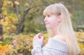 Blonde girl  in the autumn park — Stock Photo