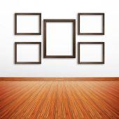 Cornici in legno sulla parete bianca all'interno della camera — Foto Stock