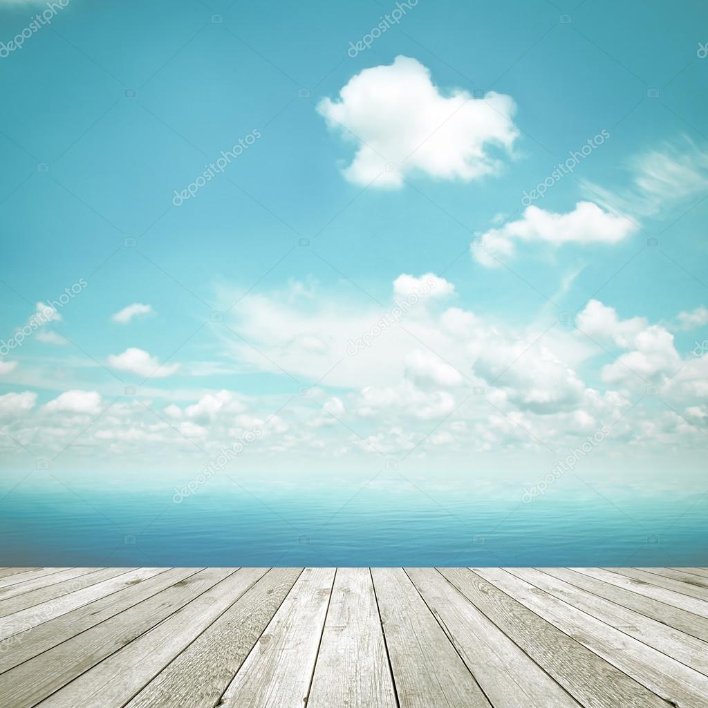 Tavolo in legno superiore su sfondo blu cielo e mare for Immagini sfondo mare