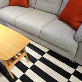 современный серый диван и журнальный столик — Стоковое фото