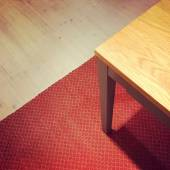 Dining table on red rug — Foto Stock