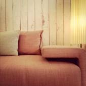 Old fashioned pink sofa and lamp — Foto Stock