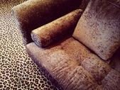Velvet sofa on leopard carpet — Stock fotografie